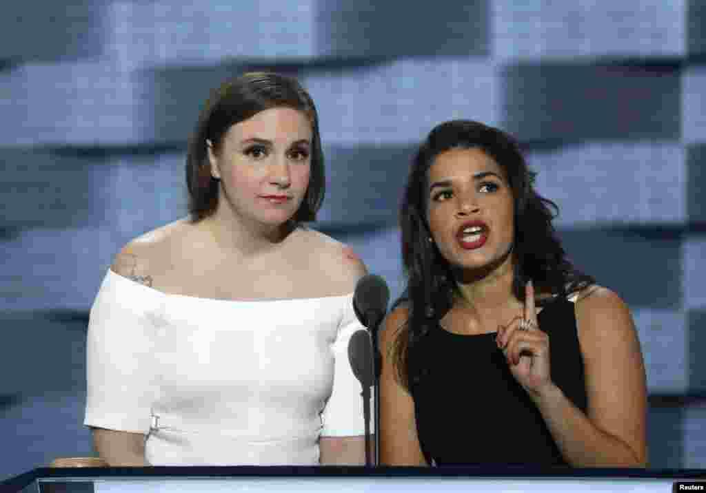 Les actrices Lena Dunham et America Ferrara, deux soutiens de la candidature d'Hillary Clinton, lors du deuxième jour de la convention nationale démocrate à Philadelphie, Pennsylvanie, le 26 juillet 2016.