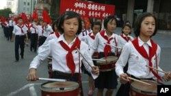지난 24일 북한 최고인민회의를 하루 앞두고 평양 거리를 행진하는 학생들.