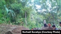 Petugas kepolisian membantu membuka akses yang terputus akibat longsor di Yogyakarta. (VOA/Nurhadi Sucahyo)