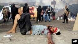埃及安全部隊清理開羅兩處抗議營地,一名抗議者受傷倒在路上。