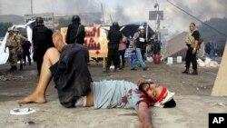受伤的示威者躺在地上。(2013年8月14日)