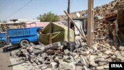 ایرانی صوبے کرمانشاہ میں زلزلے سے بڑی تعداد میں مکانوں اور عمارتوں کو نقصان پہنچا۔ فائل