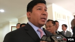 Minister of Ministry of Environment Say Samal speaks to journalists after giving his testimony at the National Assembly, Phnom Penh, Cambodia, January 4, 2017. (Kann Vicheika/VOA Khmer)