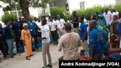 Vue du personnel de Tigo réunion en sit-in dans les locaux de leur entreprise, le 1er avril 2019. (VOA/André Kodmadjingar)