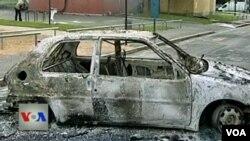 Những kẻ nổi loạn đã đốt xe hơi và các tòa nhà, bao gồm cả một trường học và một trung tâm dành cho thanh thiếu niên