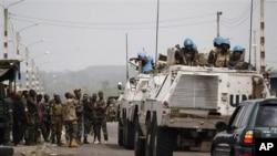 Des soldats de l'ONUCI discutant avec les forces pro-Ouattara à Abidjan
