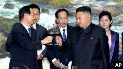 지난 8월 북한에서 김정은 국방위 제1위원장(오른쪽)을 면담한 왕자루이 중국 공산당 대외연락부장.