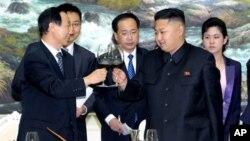 지난해 8월 북한의 김정은 국방위 제1위원장(오른쪽)이 평양을 방문한 왕자루이 중국 공산당 대외연락부장과 면담하고 있다.
