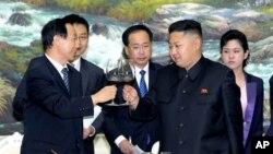 지난 2일 북한의 김정은 국방위 제1위원장(오른쪽)이 평양을 방문한 왕자루이 중국 공산당 대외연락부장과 면담하고 있다.