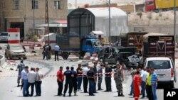 Tentara dan polisi berpakaian preman berkumpul di lokasi ledakan bom di Dahr el-Baidar, Lebanon (20/6).