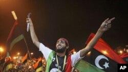 Líbios celebrando a chegada dos rebeldes à Tripooli