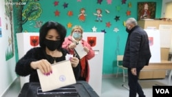 На одном из избирательных участков в Тиране