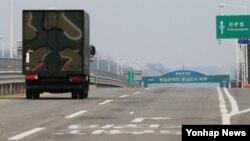 북한 민속명절인 청명절인 5일 개성공단 북측 근로자들이 대부분 출근하지 않아 개성공단 조업도 휴무했다. 한국 통일대교를 건너는 차량이 많지 않아 한산한 모습이 보이고 있다.