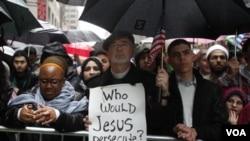Mark Lukens, seorang pendeta dari gereja Bethany, New York, membawa poster mendukung warga Muslim Amerika dari penggambaran buruk di dalam negeri.