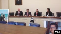 郭飛雄妻子女兒和傅希秋牧師在聽證會前會見記者。 (美國之音葉兵拍攝)