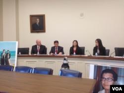 郭飞雄妻子女儿和傅希秋牧师在听证会前会见记者。(美国之音叶兵拍摄)
