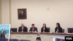 中国维权人士郭飞雄的妻子张青(右二)、女儿杨天娇(右一)在国会众议院参加听证会前与记者见面。(2013年10月29日)
