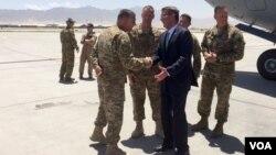 El secretario de Defensa de EE.UU., Ash Carter, llegó a Afganistán, el martes, 12 de julio de 2016.