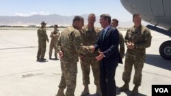 Bộ trưởng Quốc phòng Hoa Kỳ Ash Carter đến Afghanistan, ngày 12/7/16. (Ảnh: C. Babb/VOA)