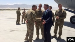 애슈턴 카터(가운데) 미국 국방장관이 지난 12일 아프가니스탄을 예고없이 방문해 현지 주둔 미군 관계자들과 만나고 있다. (자료사진)