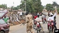 យុទ្ធជនម្នាក់ឆែកឆេររថយន្ដមួយនៅទីក្រុងកាឌូណា ប្រទេស Nigeria នៅថ្ងៃទី២១ ខែមេសា ឆ្នាំ២០១១។