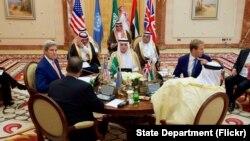 Američki državni sekretar Džon Keri i zvaničnici Saudijska Arabije