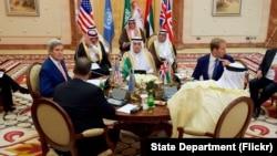 美國國務卿克里(左)和海灣國家領導人會面,爭取支持美國在敘利亞的計劃。