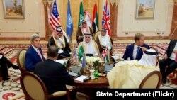 Menteri Luar Negeri AS John Kerry duduk bersama (arah jarum jam dari atas) Menteri Luar Negeri Arab Saudi Adel al-Jubeir, Wakil Menlu Inggris Tobias Ellwood, Menlu Uni Emirat Arab Abdullah bin Zayed, dan Utusan Khusus PBB untuk Yaman Ismaïl Ould Cheikh Ahmed di Jeddah, Arab Saudi, 25 Agustus 2016.