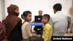 UNHCRရံုးတြင္ ႐ိုဟင္ဂ်ာဒုကၡသည္မိသားစုကို မွတ္ပံုတင္ေပးေနစဥ္