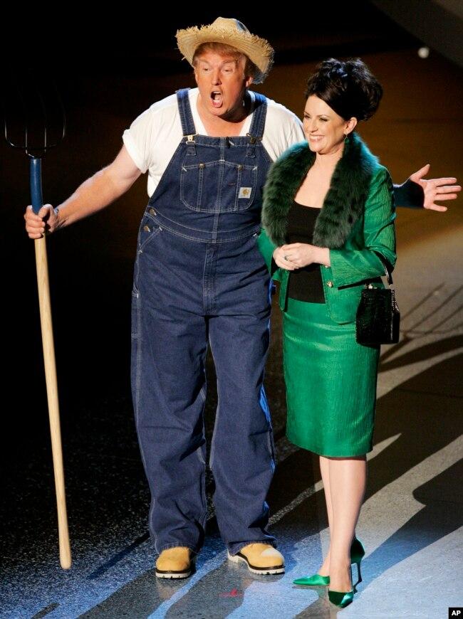 2005年9月18日,在艾米奖颁奖仪式上,川普化装演唱电视剧歌曲。美国总统川普成为本届艾美奖典礼上打趣的对象。