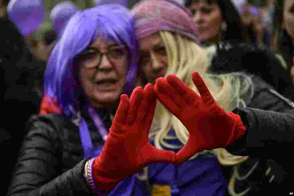 دو زن در تجمع زنان در یکی از شهرهای شمال اسپانیا.