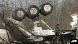 На месте катастрофы самолета Ту-154 президента Польши под Смоленском. Россия. 11 апреля 2010 года