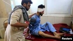 Seorang korban luka-luka dalam serangan bom dirawat di rumah sakit Jalalabad, Afghanistan, Kamis (13/6).