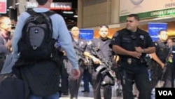 Naoružani policajci na aerodromu u Los Angelesu
