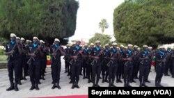 Des élèves commissaires à l'école nationale de police, à Dakar, le 4 avril 2020. (VOA/Seydina Aba Gueye)