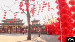 在北京的一個公園已經張燈結綵﹐掛起裝飾﹐迎接農曆新年到來。