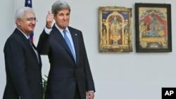 24일 존 케리 미 국무장관(오른쪽)이 인도 뉴델리에서 살만 쿠르쉬드 외무장관과 회담했다.