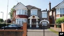 한국 정부가 영국주재 태영호 북한공사의 망명 사실을 확인한 지난 17일, 런던의 북한대사관 문이 굳게 닫혀있다. 북한은 일반 주택을 대사관으로 사용하고 있다.