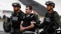 Un narcotrafiquant colombien de drogues, Daniel Barrera, escorté, avant son extradition aux États-Unis, à la base antidrogue de Bogota, en Colombie, le 9 juillet 2013.