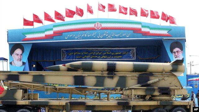 Misiles iraníes durante un desfile militar en Teherán.