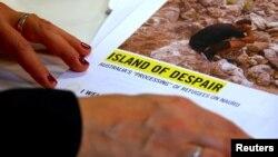 Anna Neistat, Direktur Senior Amnesty International (tidak tampak), memberikan penjelasan kepada media mengenai laporan berjudul Island of Despair di Sydney, Australia hari Senin (17/10).