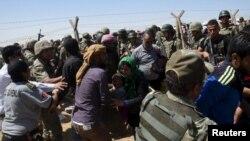 سربازان ترکیه در مرز به پناه جویان سوری کمک می کنند.