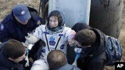 Ba nhà du hành đã ngồi trên thảo nguyên lạnh giá trên ghế bay cùng lúc họ thích nghi với lực hấp dẫn sau gần 4 tháng ở trong tình trạng không trọng lượng.