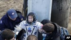 Američki astronaut Kejt Rubins izlazi iz Sojuz kapsule po sletanju u stepu. 30. oktobar, 2016.