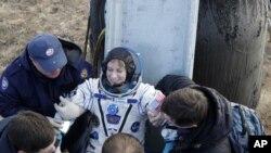 Tim penyelamat badan antariksa Rusia membantu astronot AS Kate Rubins keluar dari kapsul tak lama setelah mendarat dengan kapsul Soyuz MS milik Rusia sekitar 150 km sebelah tenggara kota Dzhezkazgan, Kazakhstan, Minggu, 30 Oktober 2016.