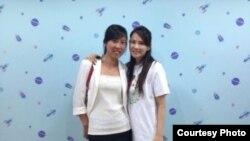夏俊峰的遗孀张晶与伊能静 (伊能静微博图片)