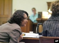 約翰遜郡檢察官珍妮特•萊尼斯在法庭上。(資料照片)