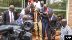 Umunyeporitike arwanya ubutegetsi bwa Uganda Robert Kyagulanyi azwi nka Bobi Wine (hagati) atwarwa mu rukiko rw'i Gulu, mu buraruko bwa Uganda, itariki 23/08/2018.
