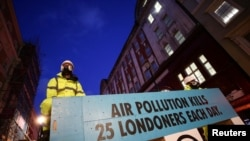 Seorang aktivis dalam protes melawan polusi udara yang membunuh di London, Inggris, 9 Desember 2019. (Foto: REUTERS/Lisi Niesner)