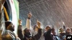 29일 눈이 내리는 가운데 반정부 시위를 계속하는 시리아 이들립 시민들.